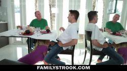 La matrigna MILF scopa il figlio e lo succhia sotto il tavolo